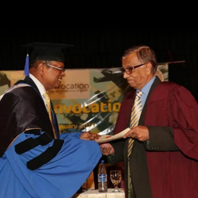 The President of the Institute of Chemistry Ceylon presenting the honorary fellowship to the Chief Guest